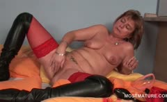 Turned on mature sex queen pumping her horny cunt